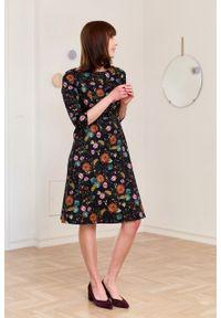 Marie Zélie - Sukienka Asteria Demure. Okazja: na co dzień. Materiał: bawełna, materiał, elastan, tkanina, skóra. Wzór: kwiaty, gładki, nadruk. Typ sukienki: proste, trapezowe. Styl: klasyczny, casual