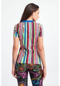 Versace Jeans Couture - T-SHIRT VERSACE JEANS COUTURE. Materiał: tkanina, guma, bawełna. Długość rękawa: krótki rękaw. Długość: krótkie. Wzór: napisy, kolorowy, paski