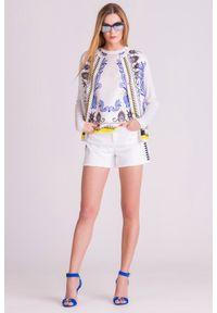 Białe szorty jeansowe Versace Collection ze zdobieniami. Stan: podwyższony. Kolor: biały. Materiał: jeans. Długość: krótkie. Wzór: aplikacja. Sezon: lato. Styl: rockowy, klasyczny