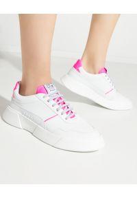 PREMIUM BASICS - Sneakersy z różową piętą Fluo. Kolor: biały. Wzór: aplikacja