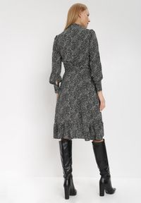 Born2be - Czarna Sukienka Neviusia. Kolor: czarny. Materiał: materiał. Wzór: aplikacja, nadruk. Typ sukienki: asymetryczne, kopertowe, dopasowane. Długość: mini