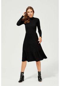 MOODO - Sukienka z plisowanym dołem. Okazja: do pracy, na co dzień. Materiał: wiskoza, dzianina, poliamid, poliester. Wzór: gładki. Typ sukienki: proste, trapezowe. Styl: casual