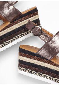 Brązowe sandały bonprix ze sprzączką, na platformie