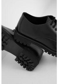 Answear Lab - Półbuty skórzane. Nosek buta: okrągły. Zapięcie: sznurówki. Kolor: czarny. Materiał: skóra. Styl: wakacyjny