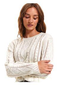 Biały sweter TOP SECRET w ażurowe wzory