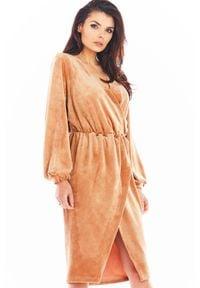 Awama - Beżowa Welurowa Sukienka Zakładana Kopertowo. Kolor: beżowy. Materiał: welur. Typ sukienki: kopertowe