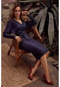 MOE - Dzianinowa Wzorzysta Sukienka o Kopertowym Dekolcie - Model 3. Materiał: dzianina. Typ sukienki: kopertowe