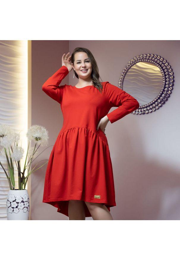 Moda Size Plus Iwanek - Asymetryczna czerwona sukienka Kira XXL OVERSIZE JESIEŃ. Okazja: na co dzień. Kolor: czerwony. Materiał: dresówka, dzianina, bawełna, elastan. Długość rękawa: krótki rękaw. Sezon: jesień. Typ sukienki: asymetryczne, oversize. Styl: casual
