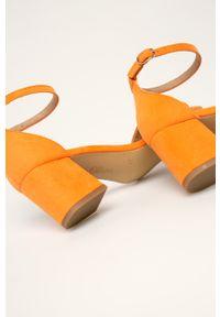 Pomarańczowe sandały s.Oliver na obcasie, na klamry