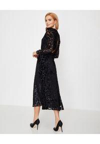 SELF PORTRAIT - Sukienka w cętki lamparta. Kolor: czarny. Materiał: tkanina. Wzór: ażurowy, aplikacja, nadruk. Typ sukienki: kopertowe, rozkloszowane, dopasowane. Styl: klasyczny, elegancki. Długość: maxi