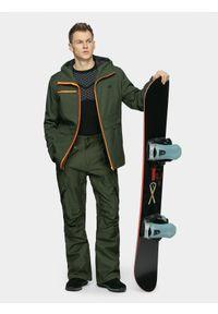 4f - Kurtka snowboardowa męska. Typ kołnierza: kaptur. Kolor: oliwkowy, brązowy, wielokolorowy. Materiał: materiał, poliester. Sezon: zima. Sport: snowboard