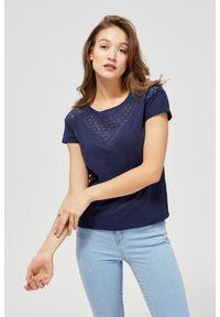 Niebieska bluzka MOODO klasyczna, w ażurowe wzory, krótka