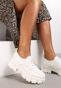 Renee - Białe Półbuty Jenyros. Wysokość cholewki: przed kostkę. Nosek buta: okrągły. Kolor: biały. Szerokość cholewki: normalna. Wzór: gładki, aplikacja. Obcas: na obcasie. Wysokość obcasa: średni