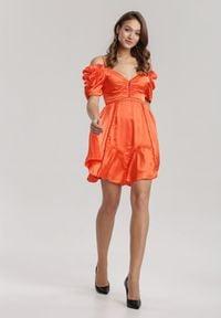 Renee - Koralowa Sukienka Silkport. Kolor: pomarańczowy. Materiał: poliester. Długość rękawa: na ramiączkach. Wzór: ażurowy. Typ sukienki: rozkloszowane. Długość: mini