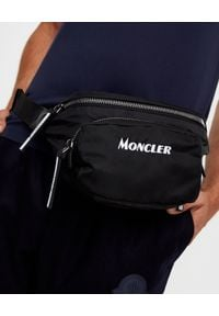 MONCLER - Czarna torba na pas. Kolor: czarny. Materiał: nylon. Wzór: aplikacja