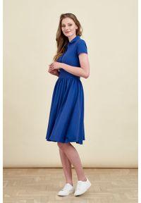 Marie Zélie - Sukienka Polo marszczona ciemnoniebieska krótki rękaw. Okazja: na co dzień, do pracy. Typ kołnierza: polo. Kolor: niebieski. Materiał: dzianina, materiał, bawełna. Długość rękawa: krótki rękaw. Typ sukienki: proste, sportowe. Styl: sportowy, klasyczny, wakacyjny, casual