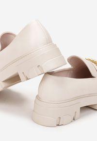 Renee - Beżowe Mokasyny Aerasia. Nosek buta: okrągły. Zapięcie: bez zapięcia. Kolor: beżowy. Wzór: aplikacja. Obcas: na obcasie