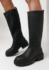 Born2be - Czarne Kozaki Kinny. Wysokość cholewki: przed kolano. Nosek buta: okrągły. Zapięcie: zamek. Kolor: czarny. Szerokość cholewki: normalna. Obcas: na obcasie
