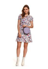 TOP SECRET - Sukienka mini w kwiaty. Okazja: do pracy, na co dzień. Kolor: różowy. Materiał: materiał. Wzór: kwiaty. Sezon: lato. Styl: casual. Długość: mini
