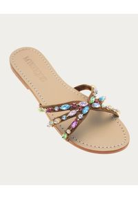 MYSTIQUE SHOES - Brązowe klapki z kryształami Baltimore. Kolor: brązowy. Materiał: zamsz. Wzór: aplikacja, kolorowy