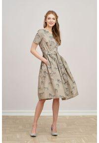 Marie Zélie - Sukienka Elina Zebra. Materiał: materiał, bawełna. Długość rękawa: krótki rękaw. Wzór: motyw zwierzęcy. Typ sukienki: rozkloszowane. Styl: klasyczny