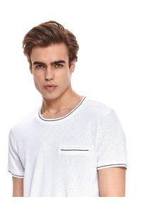 TOP SECRET - T-shirt krótki rękaw męski z fakturą, z lamówkami. Okazja: na co dzień. Kolor: biały. Materiał: bawełna, tkanina. Długość rękawa: krótki rękaw. Długość: krótkie. Styl: klasyczny, casual