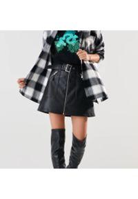 Sinsay - Spódnica z imitacji skóry z paskiem - Czarny. Kolor: czarny. Materiał: skóra