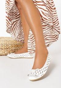 Born2be - Białe Balerinki Pallephonos. Nosek buta: okrągły. Kolor: biały. Szerokość cholewki: normalna. Wzór: ażurowy, aplikacja