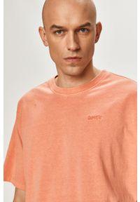 Levi's® - Levi's - T-shirt. Okazja: na co dzień, na spotkanie biznesowe. Kolor: pomarańczowy. Materiał: dzianina. Wzór: gładki. Styl: biznesowy, casual