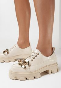 Born2be - Beżowe Półbuty Abay. Nosek buta: okrągły. Zapięcie: sznurówki. Kolor: beżowy. Materiał: lakier. Wzór: aplikacja. Obcas: na platformie. Styl: klasyczny