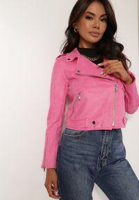 Renee - Różowa Ramoneska Charlee. Kolor: różowy. Materiał: jeans, zamsz. Długość rękawa: długi rękaw. Długość: długie. Wzór: aplikacja. Styl: wizytowy, klasyczny