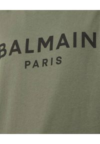 Balmain - BALMAIN - Koszulka khaki z nadrukiem logo. Kolor: zielony. Materiał: bawełna. Wzór: nadruk. Styl: klasyczny