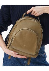 Coccinelle - COCCINELLE - Skórzany plecak z logo Lea. Kolor: brązowy. Materiał: skóra. Styl: glamour, elegancki, casual