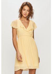 Vila - Sukienka. Kolor: żółty. Materiał: tkanina. Wzór: gładki. Typ sukienki: plisowane, rozkloszowane