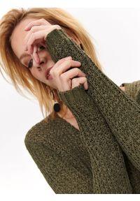 Brązowy sweter TOP SECRET z dekoltem w serek, z krótkim rękawem