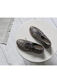 Zapato - półbuty - skóra naturalna - model 258 - kolor panterka. Nosek buta: okrągły. Zapięcie: sznurówki. Materiał: skóra. Wzór: motyw zwierzęcy. Sezon: lato. Obcas: na obcasie. Styl: klasyczny, elegancki. Wysokość obcasa: niski