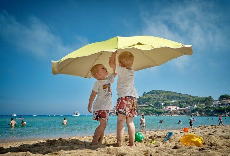 chłopcy na plaży w kąpielówkach