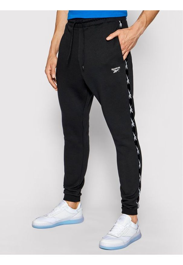 Reebok Spodnie dresowe Essentials Tape GQ4215 Czarny Regular Fit. Kolor: czarny. Materiał: dresówka