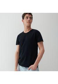 Reserved - T-shirt z dekoltem w serek - Czarny. Typ kołnierza: dekolt w serek. Kolor: czarny