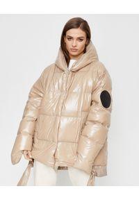 MMC STUDIO - Pikowana kurtka puchowa Jesso. Typ kołnierza: kaptur. Kolor: beżowy. Materiał: puch. Wzór: aplikacja. Sezon: zima