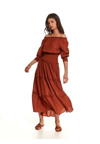 TOP SECRET - Długa marszczona sukienka z odkrytymi ramionami. Kolor: brązowy. Materiał: materiał. Sezon: jesień. Typ sukienki: z odkrytymi ramionami. Długość: maxi