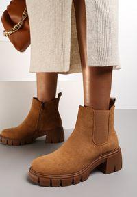 Renee - Camelowe Botki Stergos. Wysokość cholewki: za kostkę. Nosek buta: okrągły. Zapięcie: zamek. Materiał: jeans, guma. Szerokość cholewki: normalna. Obcas: na obcasie. Wysokość obcasa: średni