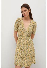 mango - Mango - Sukienka Pitita. Okazja: na co dzień. Kolor: zielony. Materiał: włókno, tkanina, materiał. Długość rękawa: krótki rękaw. Typ sukienki: proste, plisowane. Styl: casual