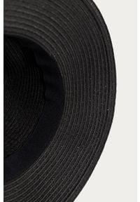 Czarny kapelusz medicine z aplikacjami