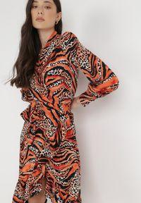 Born2be - Czarno-Pomarańczowa Sukienka Typhike. Typ kołnierza: dekolt w serek. Kolor: czarny. Materiał: tkanina, materiał. Długość rękawa: długi rękaw. Wzór: motyw zwierzęcy, nadruk. Typ sukienki: kopertowe. Długość: midi