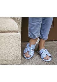 Zapato - damskie klapki na miękkiej podeszwie - skóra naturalna - model 371 - kolor niebieskie kwadraty. Okazja: na imprezę, na co dzień. Nosek buta: czworokąt. Kolor: niebieski. Materiał: skóra. Wzór: motyw zwierzęcy, kwiaty, nadruk, kolorowy. Sezon: lato, wiosna. Obcas: na płaskiej podeszwie. Styl: wakacyjny, klasyczny, casual