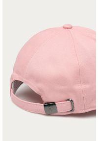Różowa czapka z daszkiem Peak Performance z aplikacjami
