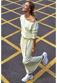 MOE - Żółta Zbluzowana Maxi Sukienka z Paskiem. Kolor: żółty. Materiał: bawełna, elastan. Długość: maxi