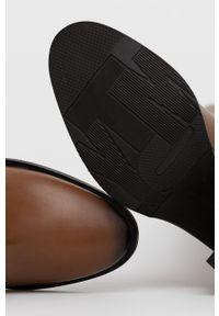 TOMMY HILFIGER - Tommy Hilfiger - Kozaki skórzane. Nosek buta: okrągły. Kolor: brązowy. Materiał: skóra. Szerokość cholewki: normalna. Obcas: na obcasie. Wysokość obcasa: średni
