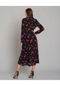 JENESEQUA - Jedwabna sukienka w róże Bastia. Typ kołnierza: dekolt kopertowy. Kolor: czarny. Materiał: jedwab. Długość rękawa: długi rękaw. Wzór: nadruk, aplikacja. Typ sukienki: kopertowe. Styl: retro. Długość: midi